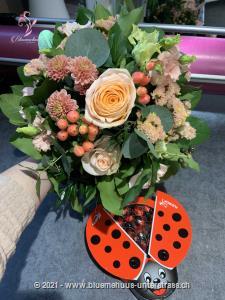 Mit diesem Strauss aus zarten Blumen in Pastell wird der Tag zum Highlight. Die passende Überraschung für alle, die Natürlichkeit schätzen. Zu diesem Blumengruss wird eine Packung Schoggi-Glückskäfer von Munz kombiniert.    Diese originelle Packung beinhaltet 32 kleine Glückskäfer, 150g feinste schweizer Milchschokolade mit Pralinéfüllung.    Das Bild entspricht der mittleren Preisvariante und die Vase ist nicht inbegriffen. Auf Wunsch finden Sie diese in der Kategorie Vasen.