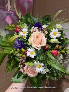 Mit diesem fröhlichen Blumenstrauss schenken Sie ein Stück Frühling.    Ob Geburtstagswünsche, Dankeschön, zum Muttertag oder einfach so, dieses Blumengeschenk passt zu jedem Anlass.    Das Bild entspricht der mittleren Preisvariante und die Vase ist nicht inbegriffen. Auf Wunsch finden Sie diese in der Kategorie Vasen.