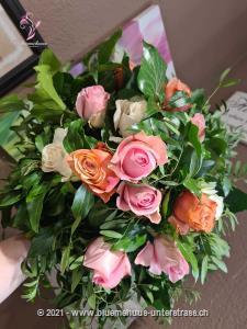 Dieser Strauss ist wie eine Melodie aus zauberhaften `Farbtönen`. Mit zarten Rosen und verspieltem Grün wird er von Romantikern sicher gleich ins Herz geschlossen.    Das Bild entspricht der mittleren Preisvariante und die Vase ist nicht inbegriffen. Auf Wunsch finden Sie diese in der Kategorie Vasen.
