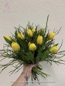 Man sagt, glückliche Menschen leben länger. Verschenken Sie doch etwas Glück ... mit diesem sonnig-fröhlichen Tulpenstrauss.    Das Bild entspricht der mittleren Preisvariante und die Vase ist nicht inbegriffen. Auf Wunsch finden Sie diese in der Kategorie Vasen.    Das Angebot kann vom Floristen den gegebenen Umständen bzw. den verfügbaren Blumen im Laden angepasst werden.