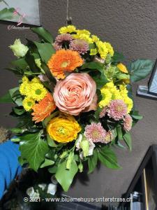 Hier hat sich der Osterhase aber ganz besonders viel Mühe gegeben und nur die schönsten Blumen gepflückt. Für wen die wohl sind?    Das Bild entspricht der mittleren Preisvariante und die Vase ist nicht inbegriffen. Auf Wunsch finden Sie diese in der Kategorie Vasen.