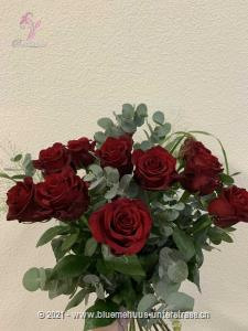 Die Liebeserklärung, bei welcher es keiner Worte mehr bedarf. 12 Rosen sagen doch mehr als 3 Worte.    Die Abbildung zeigt mittellange Rosen. Der höhere Preis versteht sich für langstielige Rosen.    Die Vase ist nicht inbegriffen.