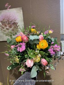 Verspielt, zart und voller Freude: Wir alle lieben den Frühling. Schenken Sie jemandem ein kleines Stück dieser wundervollen Jahreszeit.    Das Bild entspricht der mittleren Preisvariante und die Vase ist nicht inbegriffen. Auf Wunsch finden Sie diese in der Kategorie Vasen.