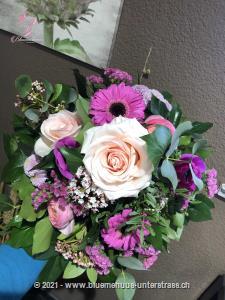 Vom Osterhasen persönlich gepflückt und zu einem liebevollen Strauss gebunden. Setzen Sie ein liebevolles Zeichen, das so richtig von Herzen kommt.    Das Bild entspricht der mittleren Preisvariante und die Vase ist nicht inbegriffen. Auf Wunsch finden Sie diese in der Kategorie Vasen.