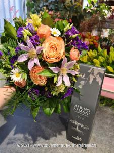 Mit diesem fröhlichen Blumenstrauss schenken Sie ein Stück Frühling.     Ob Geburtstagswünsche, Dankeschön, zum Muttertag oder einfach so, dieses Blumengeschenk passt zu jedem Anlass.  Mit Ihrem Blumengruss wird eine Flasche exquisiter Rotwein Amarone della Valpolicella Classico DOCG (75cl) von Albino Armani in eleganter Geschenkbox überbracht.     Der Amarone stammt aus dem hügelig-bergigen Valpolicella-Gebiet. Er weist eine grosse Aromafülle auf und gehört zu den grossen Rotweinen Italiens. Seine besondere Ausdruckskraft erhält der Wein dadurch, dass er aus rosinierten Trauben produziert wird.     Hergestellt wird dieser Rotwein in Marano durch die Familie Armani, die mit einer über 400-jährigen Weinanbau-Erfahrung aufwarten kann.    Der Amarone überzeugt durch seine intensiv rubinrote Farbe sowie Aromen von reifen roten Früchten und Gewürzen. Er ist vollmundig und von ausgezeichneter Struktur - ein Erlebnis für alle Sinne.    Diesen Wein reicht man am besten zu herzhaften Gerichten. Er lässt sich aber auch wunderbar zu rotem Fleisch, Trockenfleisch oder gereiftem Käse kombinieren.    15.5% vol; vegan    Das Bild entspricht der mittleren Preisvariante und die Vase ist nicht inbegriffen. Auf Wunsch finden Sie diese in der Kategorie Vasen.