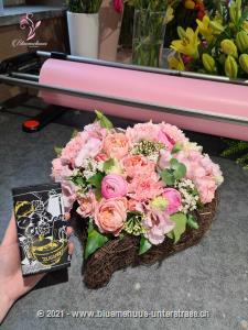 Mit diesem herzlichen Blumengruss gewinnen Sie jedes Herz für sich. Mit Ihrem Blumengruss werden 110 g feinste Minor Split Minis (Stück à 5g) in einer trendigen Geschenkbox überbracht.    Zarte Nusscrème auf dunkler Schokolade trifft auf knusprigen Haselnuss-Krokant. Ein einmaliges Genusserlebnis. Überraschen Sie jemanden zum Geburtstag, als freundschaftliche Geste, oder `einfach so`.    Das Bild entspricht der mittleren Preisvariante. Das Gefäss kann vom Bild abweichen.
