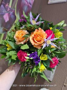Wow, bei diesem Strauss bekommt `bunt` nochmals eine ganz andere Bedeutung. Ein trendiges Farbenspiel macht diesen Blumenboten zu etwas ganz Besonderem. Eine richtige Sinfonie der Farben.    Das Bild entspricht der mittleren Preisvariante und die Vase ist nicht inbegriffen. Auf Wunsch finden Sie diese in der Kategorie Vasen.