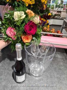 Rosen sind Klassiker, die nie an Bedeutung verlieren. Die schönen Blüten in unserem Strauss warten nur darauf, jemandes Tag zu etwas ganz Besonderem zu machen. Mit Ihrem Blumengruss werden eine Flasche exklusiver Prosecco Albino Armani DOC Extra Dry (75 cl) im trendigen Eiskühler und zwei Flûte-Gläser überbracht.    Angebaut wird dieser elegante Prosecco in der italienischen Region Friaul. Dort, umgeben von den Karnischen Alpen, liegt die DOC Region des Anbaugebiets der Glera Trauben. Kultiviert wird dieser exzellente Prosecco von der Familie Armani, die durch eine über 400-jährige Weinanbau-Erfahrung überzeugt.    Sein feines und elegantes Bukett von weissen Blüten und Zitrus passt hervorragend zum Aperitif oder auch zur gesamten Mahlzeit. Ein Genuss für jede Gelegenheit.    Das Bild entspricht der mittleren Preisvariante und die Vase ist nicht inbegriffen. Auf Wunsch finden Sie diese in der Kategorie Vasen.
