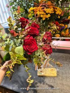Rosen passen natürlich zur Liebe, sind aber auch zu Geburtstagen gern gesehen. Egal was der Anlass ist, Freude kommt garantiert auf.    Die Abbildung zeigt mittellange Rosen. Der höhere Preis versteht sich für langstielige Rosen.    Die Vase ist nicht inbegriffen.