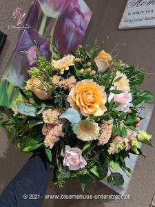 Mit diesem Strauss aus zarten Blumen in Pastell wird der Tag zum Highlight. Die passende Überraschung für alle, die Natürlichkeit schätzen.    Das Bild entspricht der mittleren Preisvariante und die Vase ist nicht inbegriffen. Auf Wunsch finden Sie diese in der Kategorie Vasen.