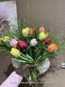 Bunt, fröhlich, farbig, dieser Strauss lässt erahnen, was der Frühling noch alles zu bieten hat.    Das Bild entspricht der mittleren Preisvariante und die Vase ist nicht inbegriffen. Auf Wunsch finden Sie diese in der Kategorie Vasen.    Das Angebot kann vom Floristen den gegebenen Umständen bzw. den verfügbaren Blumen im Laden angepasst werden.