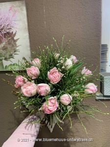 Tulpen haben etwas Frisches und Unbeschwertes an sich. So, als hätte der Frühling höchstpersönlich vorbeigeschaut.    Das Bild entspricht der mittleren Preisvariante und die Vase ist nicht inbegriffen. Auf Wunsch finden Sie diese in der Kategorie Vasen.    Das Angebot kann vom Floristen den gegebenen Umständen bzw. den verfügbaren Blumen im Laden angepasst werden.