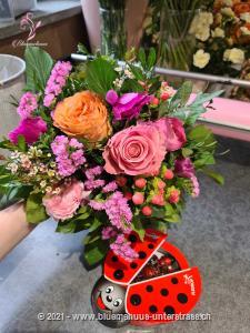 Heute ist der perfekte Tag für eine kleine Überraschung. Fällt Ihnen spontan jemand ein, der sich ganz besonders über ein Stück Frühling freuen würde?    Das Bild entspricht der mittleren Preisvariante und die Vase ist nicht inbegriffen. Auf Wunsch finden Sie diese in der Kategorie Vasen.