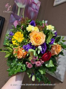 Dieser bunte Blumenstrauss macht Freude in allen Lebenslagen. Damit gelingt die Überraschung bestimmt.    Das Bild entspricht der mittleren Preisvariante und die Vase ist nicht inbegriffen. Auf Wunsch finden Sie diese in der Kategorie Vasen.
