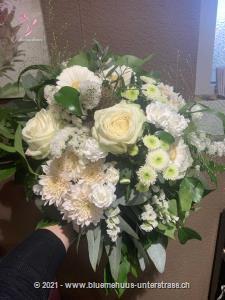 Mit diesem Blumengruss aus luftig-leichten Blumen wird jeder Tag zu etwas Besonderem.    Das Bild entspricht der mittleren Preisvariante und die Vase ist nicht inbegriffen. Auf Wunsch finden Sie diese in der Kategorie Vasen.