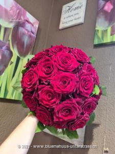 Exklusive kleine Rosenperle, die die Augen leuchten und das Herz schneller schlagen lässt.    Das Bild entspricht der mittleren Preisvariante und die Vase ist nicht inbegriffen. Auf Wunsch finden Sie diese in der Kategorie Vasen.