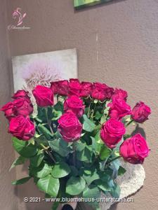 Möchten Sie Ihr Herzblatt überraschen? Dieser klassische Rosenstrauss ist die wohl schönste Art jemandem zu zeigen, dass er Ihnen am Herzen liegt. Die Glasvase ist nicht im Preis inbegriffen.   Der Minimumpreis versteht sich für mittellange Rosen. Das Bild (höherer Preis) zeigt langstielige Rosen.