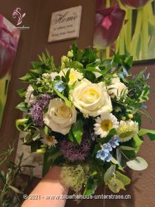 Dieser Sommerkorb sorgt mit seinen Farben für ein frisches und leichtes Ambiente. Das perfekte Geschenk für die Einladung zum Sommerfest, zum Geburtstag oder `einfach so`.    Das Bild entspricht der mittleren Preisvariante. Das Gefäss kann vom Bild abweichen.