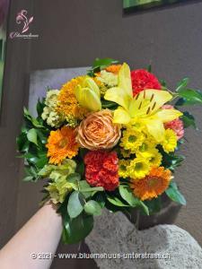 Ein fröhlicher Aufsteller, der von bunten Wiesen, blauem Himmel, viel Sonne und verheissungsvollen Zeiten kündet. Er ist DAS Geschenk für die Sommerparty, den Geburtstag oder als Dankeschön für das Giessen der Blumen oder Leeren des Briefkastens während der Ferien.    Das Bild entspricht der mittleren Preisvariante und die Vase ist nicht inbegriffen. Auf Wunsch finden Sie diese in der Kategorie Vasen.