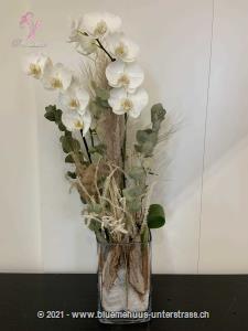 Ein Geschenk der Extraklasse, welches lange Freude bereitet! Ob Geburtstagswünsche, Dankeschön, ich liebe dich oder einfach so, dieses Blumengeschenk passt zu jedem Anlass.    Praktisch: Bei diesem Geschenk muss keine Vase gesucht werden, da es in einer Glasvase arrangiert ist.    Diese Komposition besteht aus einer Orchideenpflanze, die der Abbildung in Form und Farbe möglichst entspricht und bei guter Pflege lange Freude bereitet. Mit Ihrem Blumengruss wird ein flauschiger, weisser Teddybär überbracht. Teddybären begeistern Gross und Klein. Ob als charmante Geste, nach der Geburt, als kleines `Trostpflaster` oder als liebevolle Überraschung: Die knuffigen Bären haben einfach alle gern.    Material: aus Plüsch, CE zertifiziert  Höhe: sitzend, ca. 20 cm  Waschbarkeit: waschmaschinenfest bei 30°