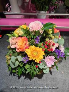 Ein romantisches Geschenk, welches mit seinen zarten Farben und Blumen die Schönheiten dieser Jahreszeit präsentiert. Wem könnten Sie heute eine Freude machen?    Das Bild entspricht der mittleren Preisvariante. Das Gefäss kann vom Bild abweichen.