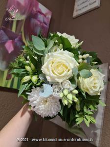 Mit diesem natürlichen Strauss in zartem Weiss bringen Sie Ihre Gefühle gekonnt zum Ausdruck. Lassen Sie sich überraschen wie gross die Freude ist ...    Das Bild entspricht der mittleren Preisvariante und die Vase ist nicht inbegriffen. Auf Wunsch finden Sie diese in der Kategorie Vasen.