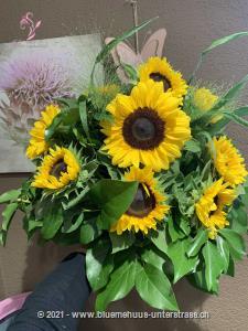 `Ich wünsch dir einen Tag voll Sonnenschein`, so könnte der Text Ihrer Karte lauten. Denn mit Sonnenblumen schenken Sie Sonne, egal ob diese scheint oder nicht.    Das Bild entspricht der mittleren Preisvariante und die Vase ist nicht inbegriffen. Auf Wunsch finden Sie diese in der Kategorie Vasen.