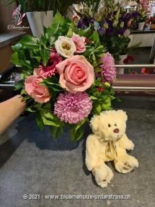 Ein Strauss wie gemacht für eine Prinzessin. Wer es gerne romantisch mag, mit feinen Rosatönen, der wird sich mit diesem Geschenk wie in einem Märchen fühlen.    Das Bild entspricht der mittleren Preisvariante und die Vase ist nicht inbegriffen. Auf Wunsch finden Sie diese in der Kategorie Vasen.