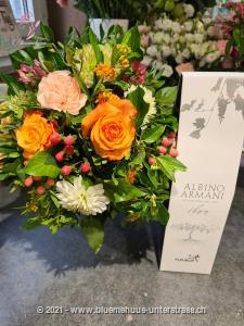 Der Duft des Sommers liegt in der Luft, riechen Sie es auch? Unser Blumenstrauss verzaubert in den schönsten Violett- und Lilatönen und bringt durch den Lavendel etwas Sommerduft ins Haus.    Das Bild entspricht der mittleren Preisvariante und die Vase ist nicht inbegriffen. Auf Wunsch finden Sie diese in der Kategorie Vasen.